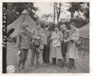 Ruth Cowan and her fellow WWII correspondents (retrieved from http://nojobforawoman.com/reporters/ruth-cowan/nggallery/slideshow/)